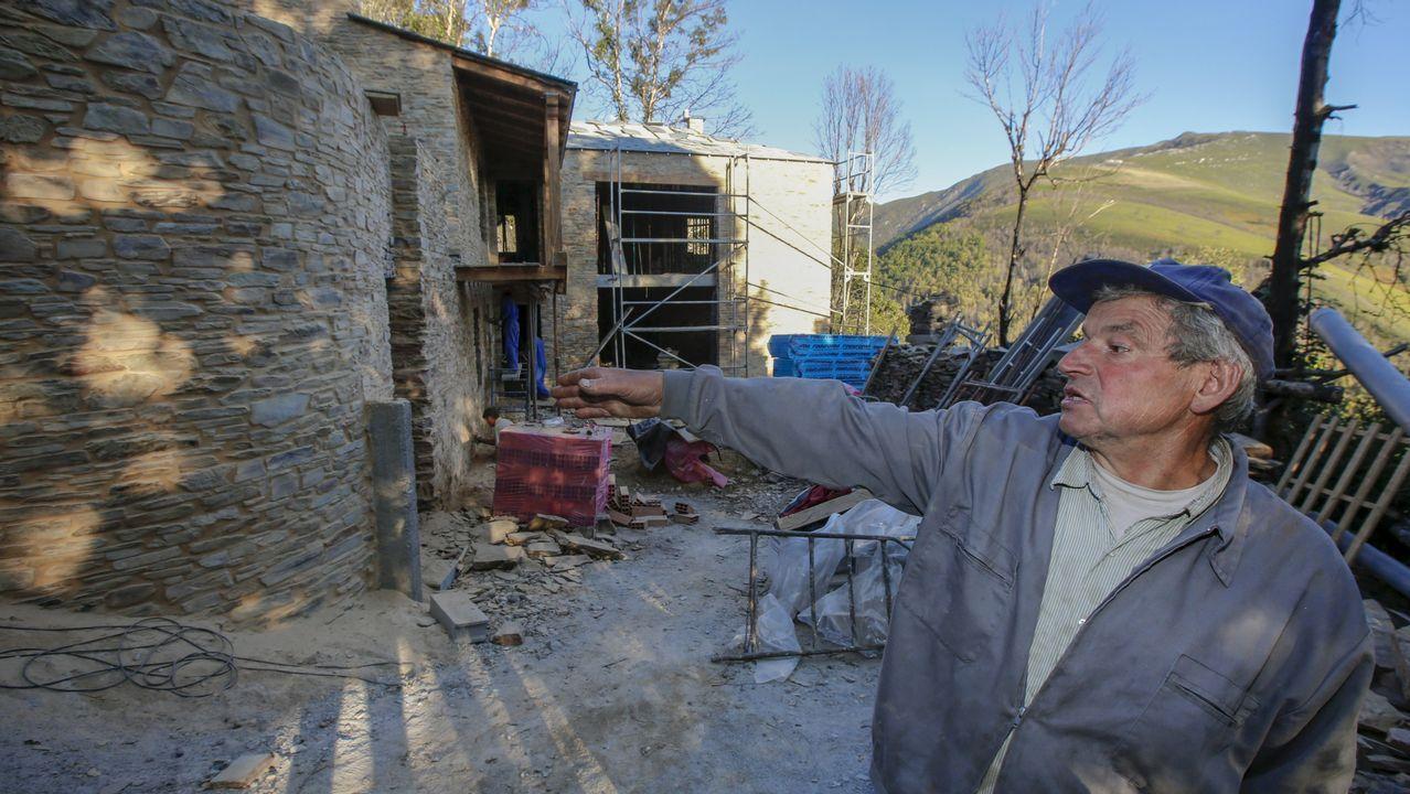 Antonio González, vecino de O Pando, un año después mostrando cómo van las obras de su nueva vivienda