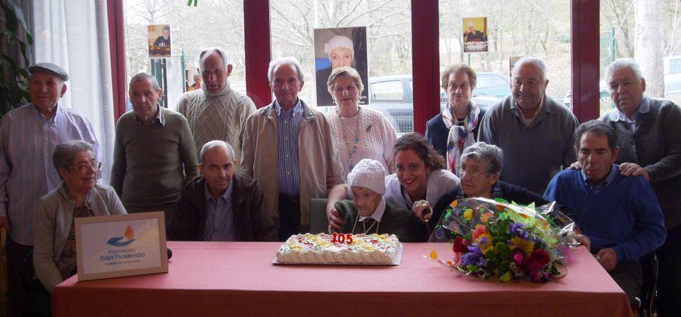 Carmen sopló las velas de su cumpleaños rodeada de familiares y compañeros de la residencia.