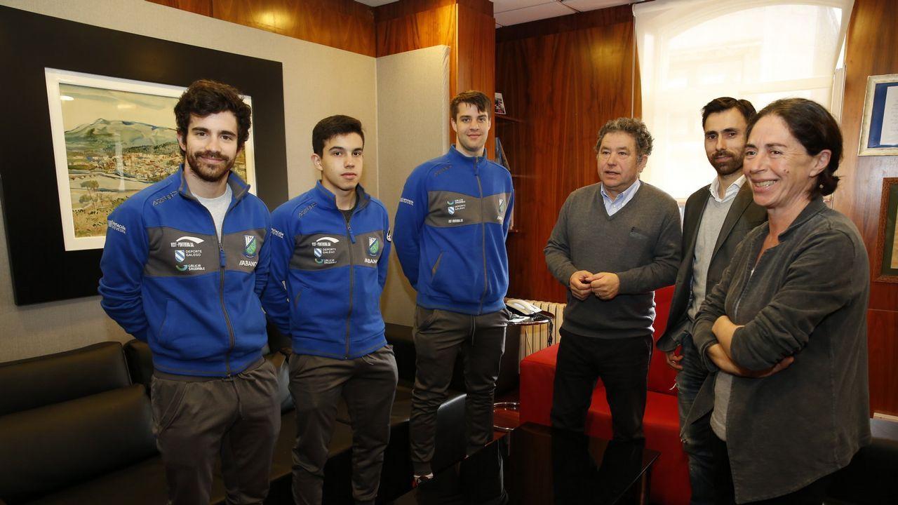 Cifuentes, en el medio de los jugadores, durante la recepción en el Concello de Pontevedra