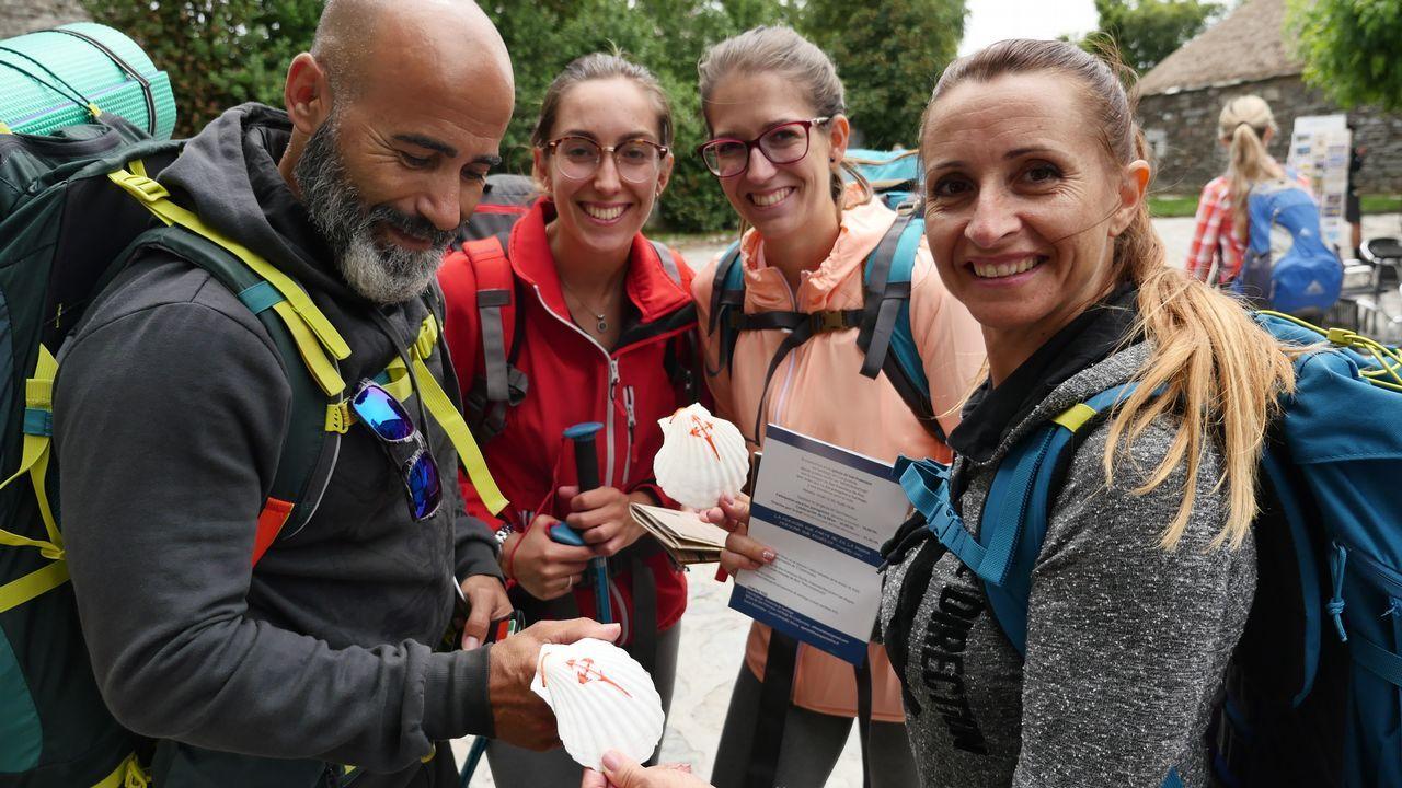 .Este grupo de peregrinos ha comprado en O Cebreiro la tradicional concha de vieira, emblema de los que van hacia Santiago