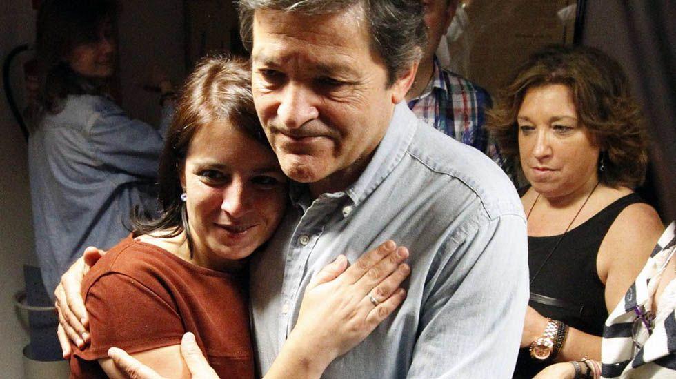 Adriana Lastra y Javier Fernández se abrazan tras conocer los resultados.Adriana Lastra y Javier Fernández se abrazan tras conocer los resultados