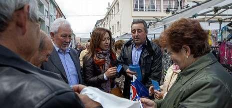 Torres, Piñeiro y Sambade, durante el reparto de publicidad en la feria de ayer en Vimianzo.