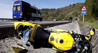 .La moto del un joven herido, tirada en la cuneta tras el accidente.