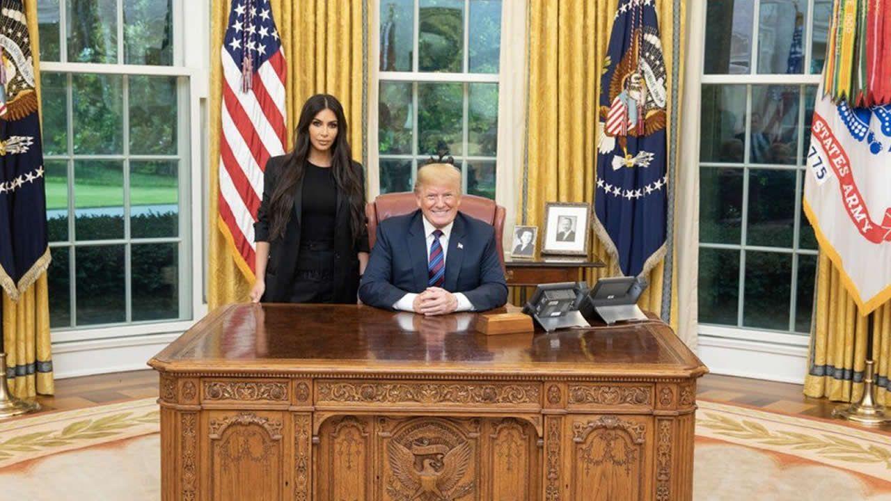 Trump indulta a una mujer condenada hace 20 años por tráfico de drogas tras la petición de Kim Kardashian.