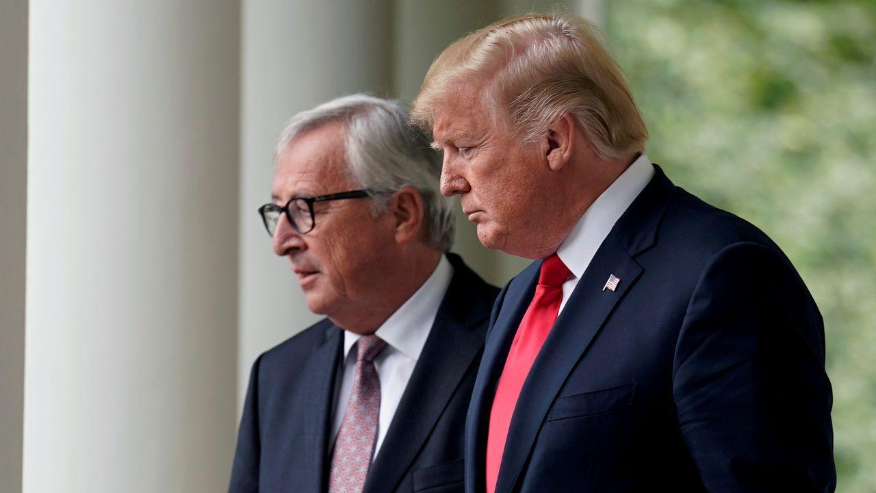 El presidente de EE.UU., Donald Trump, con el presidente de la CE, Jean-Claude Juncker, durante una reunión en Washington, el pasado mes de julio