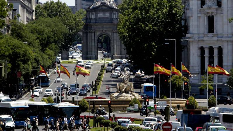Madrid se engalana para la proclamación.O Pino está movilizado en defensa de su colegio.