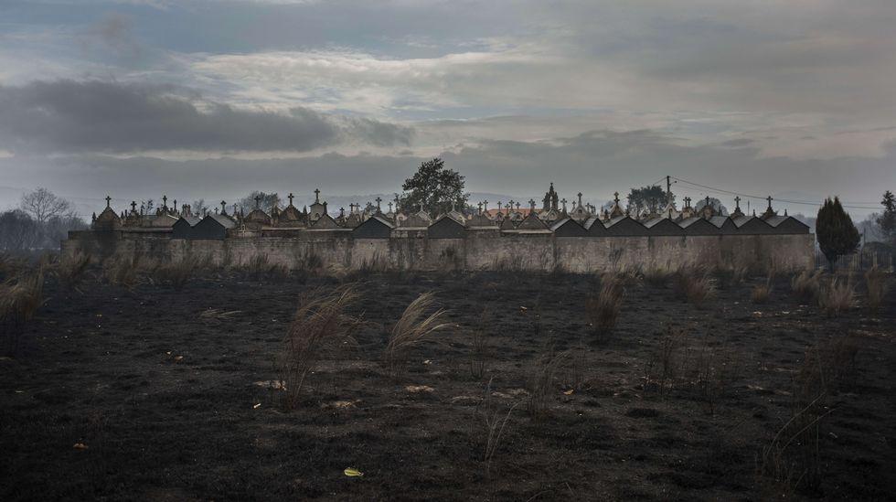 Un cementerio, cercado por tierra quemada