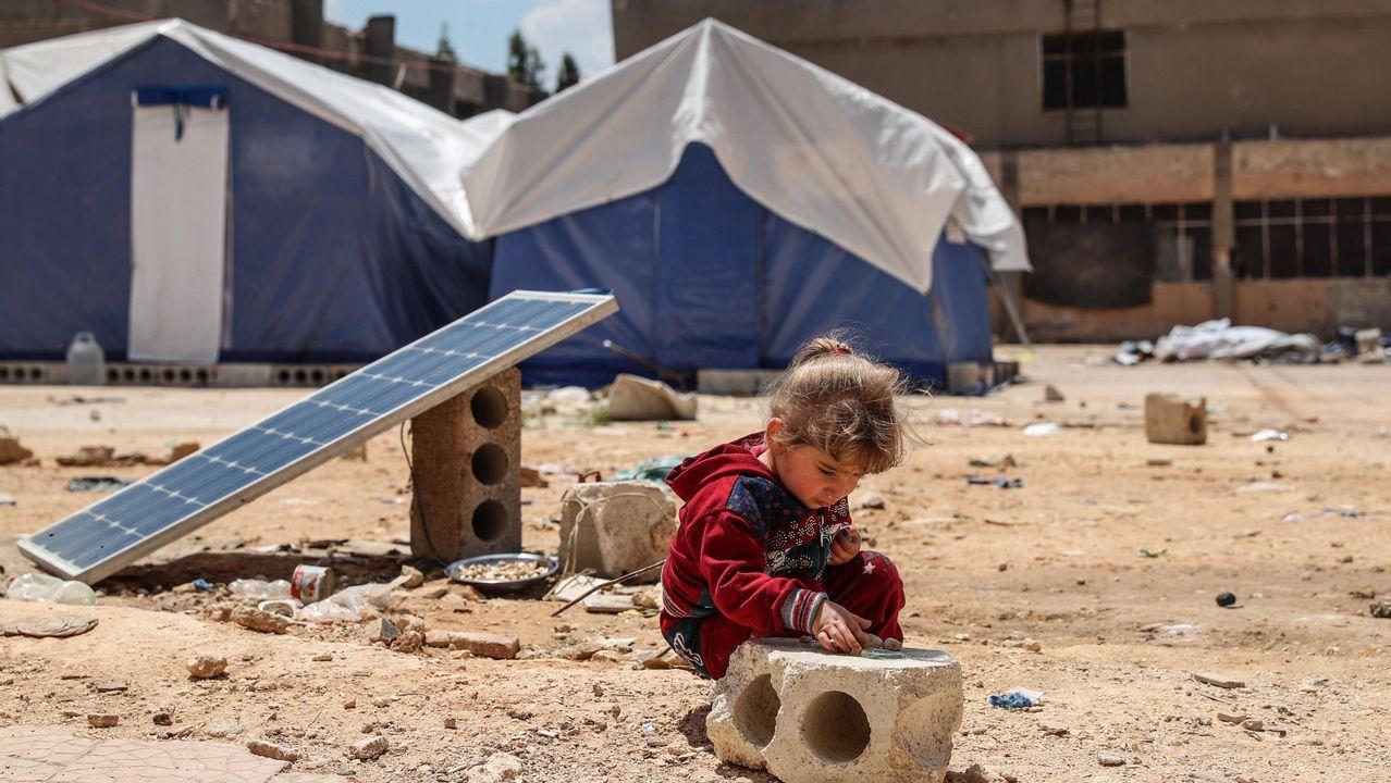 Una niña juega en una escuela habilitada para personas desplazadas desde Eastern Ghouta, en la ciudad de Atarib, en Siria