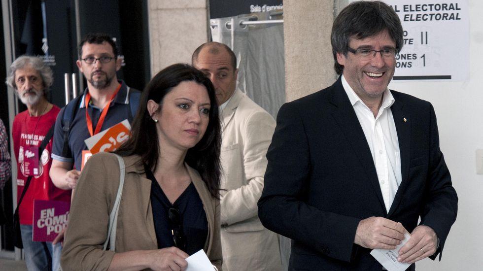 .El presidente de la Generalitat, Carles Puigdemont, llegó con el voto preparado de casa