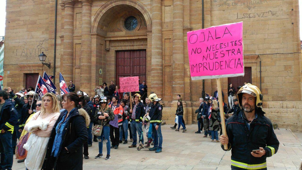 Bomberos de toda España reivindican a Eloy Palacio.Una intensa lluvia en las calles de Oviedo