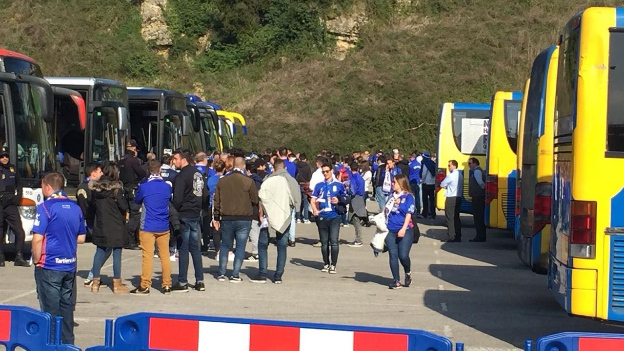 Aficion Real Oviedo derbi.Saúl lucha por un esférico con Geraldes