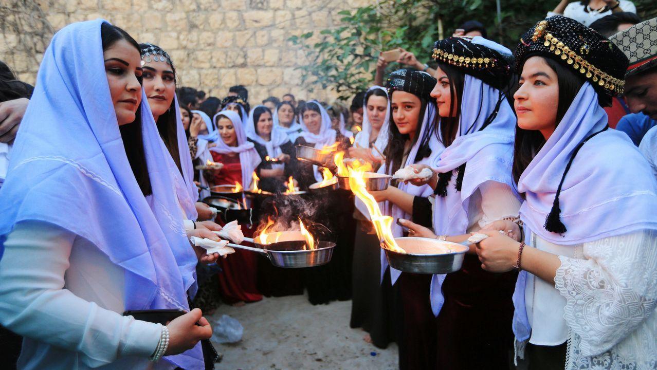 .Un grupo de mujeres encienden velas durante una ceremonia en la provincia iraqui de Dohuk
