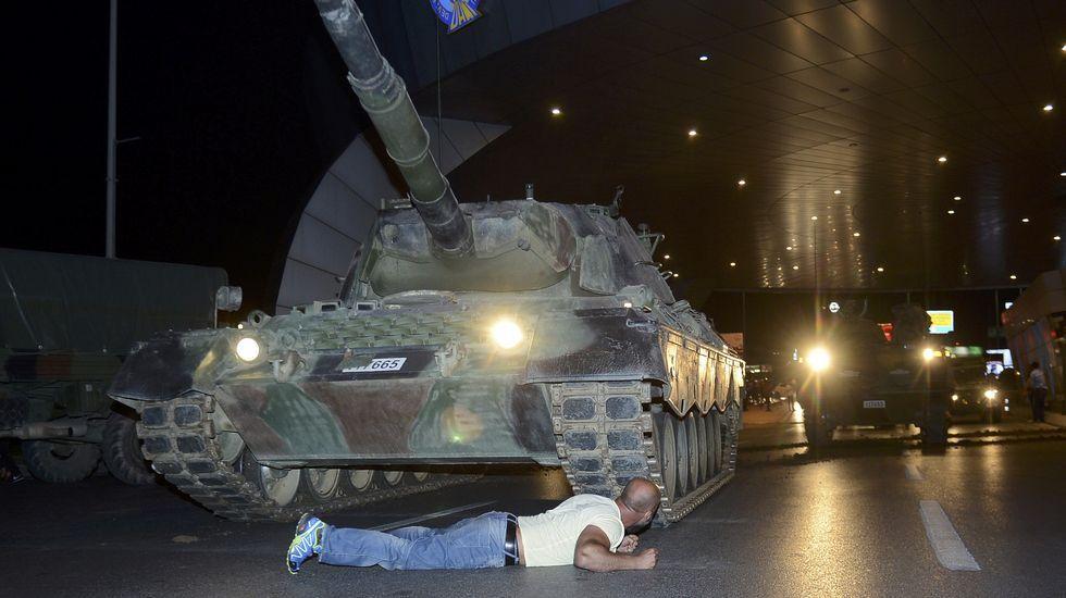 La respuesta ciudadana algolpe de Estado en Turquía.Una mujer exhibe la mancha de la pintura en el dedo, con el que se identificó al votar.