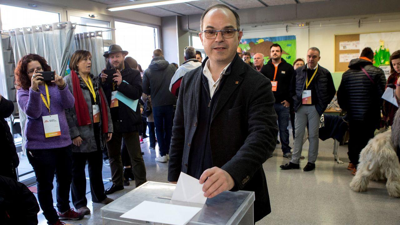 .El exconsejero Jordi Turull, número cuatro de JxCatm ejerce su derecho al voto.