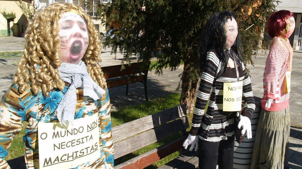 Unha manifestación feminista na praza de Carude