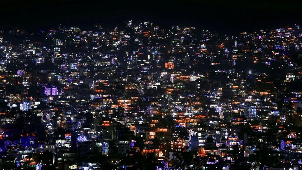 Vista general de viviendas decoradas con linternas y lámparas durante la celebración del festival Tihal, en Katmandú (Nepal)
