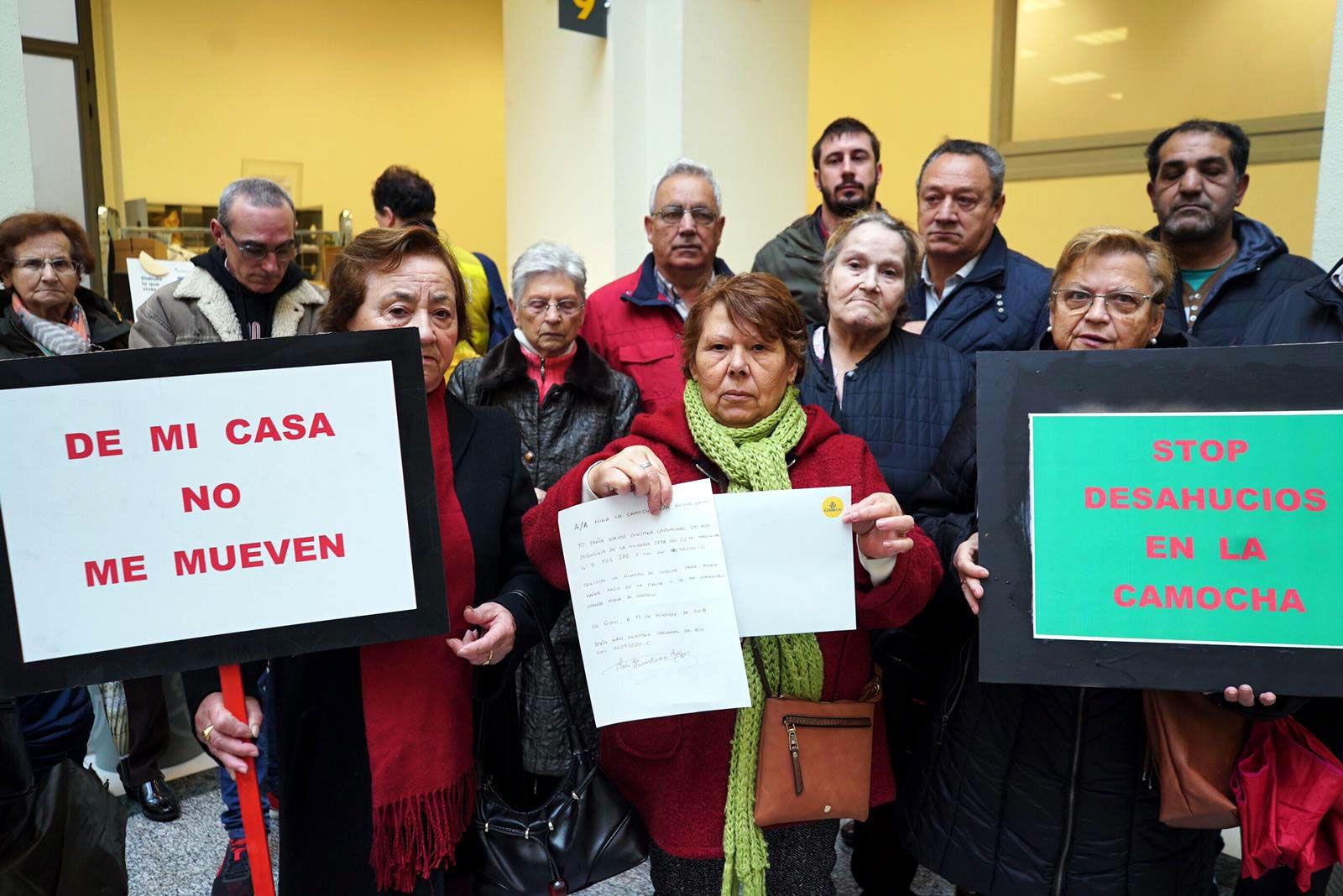 Afectados de La Camocha y vecinos en Correos, después de entregar la carta certificada a la administración concursal