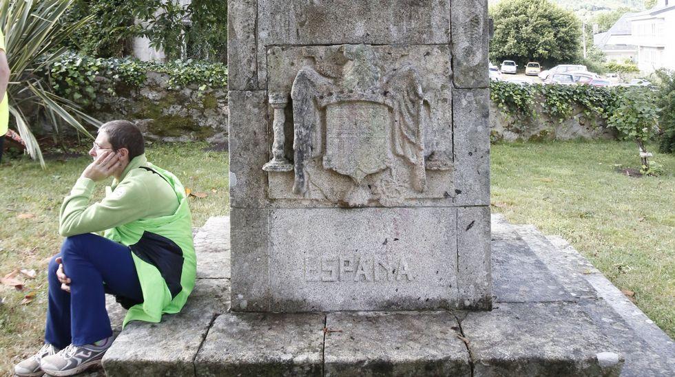 Foto de archivo de escultura con símbolos franquistas en Ourense