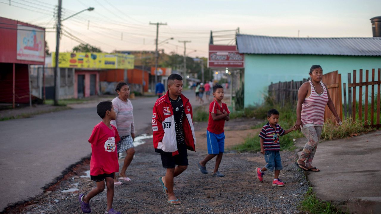 .Una familia indígena venezolana llega a una parroquia católica donde el sacerdote español José López Fernández de Bobadilla sirve desayuno en Pacaraima, Roraima, Brasil, en la frontera con Venezuela