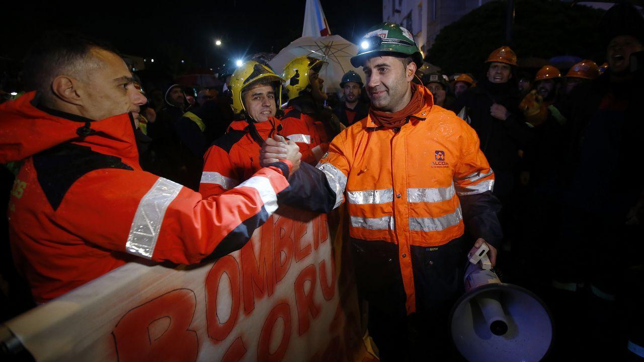 Obras en la variante de Pajares.Los bomberos de A Coruña se solidarizaron con la plantilla de Alcoa en la marcha de este lunes