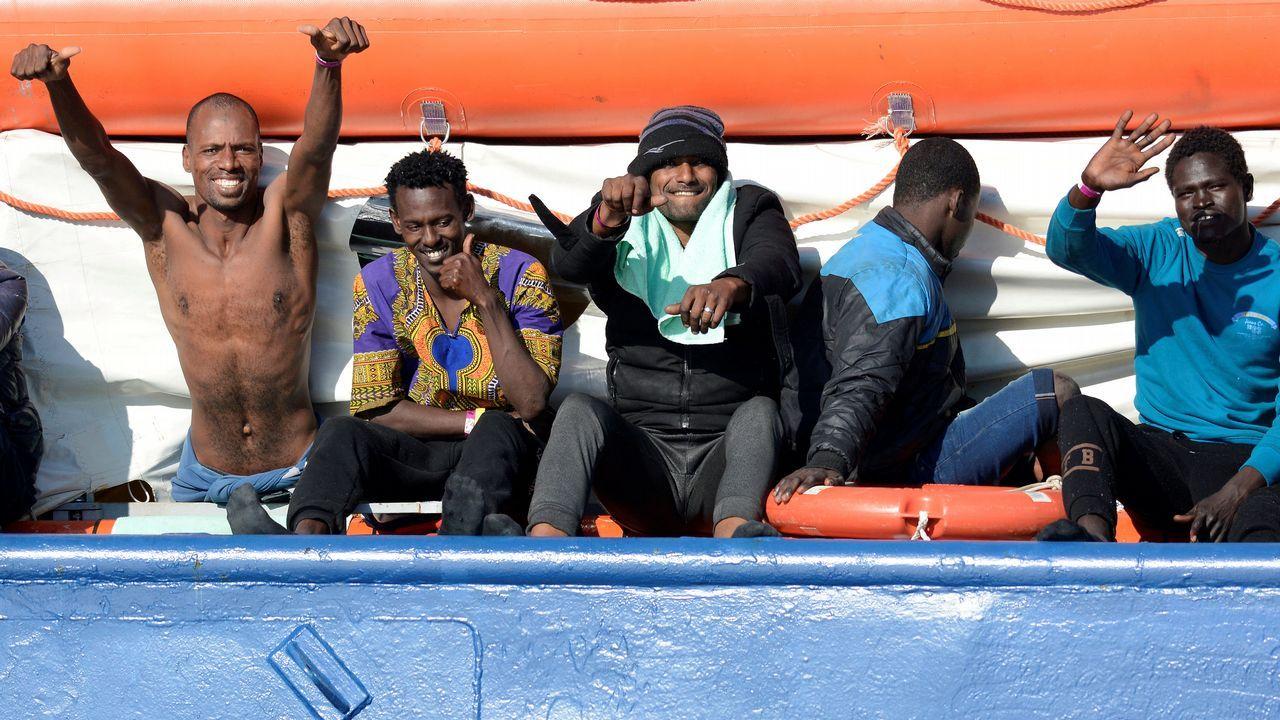 Migrantes saludan desde el Sea Watch 3, en la costa de Siracusa