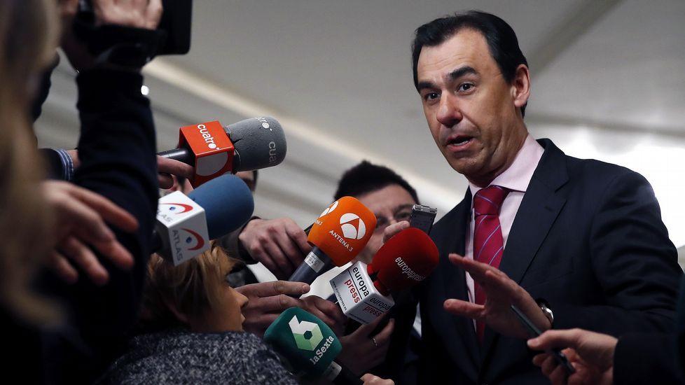 Abucheos a la salida de Urdangarin de la Audiencia.El ministro de Justicia, Rafael Catalá