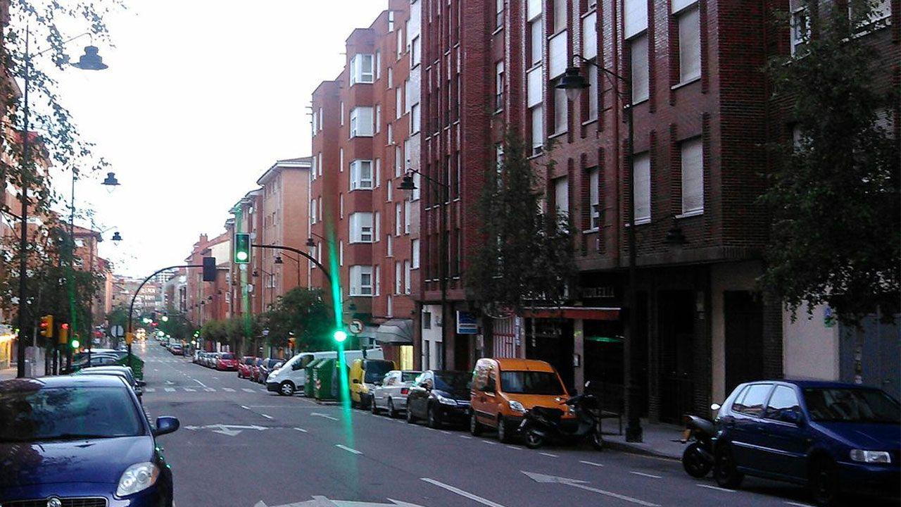Ola de casi ocho metros llegan a la costa en Gijón.Carretera del Obispo, en Contrueces (Gijón)