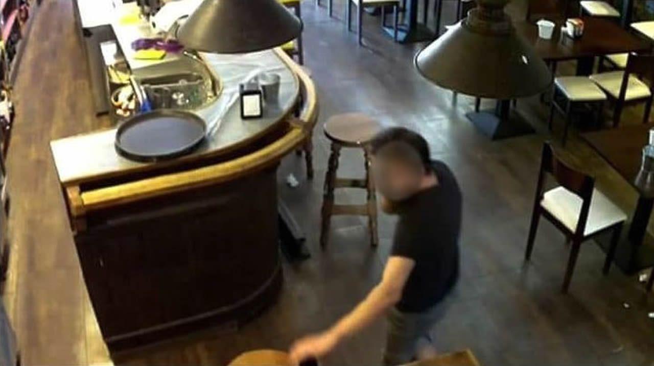 Una camarera de Monforte muestra el vídeo de cómo un cliente le roba el móvil