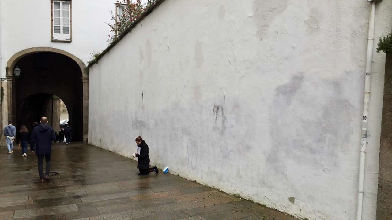 La pared de las inmediaciones del Arco de Palacio, ya limpia