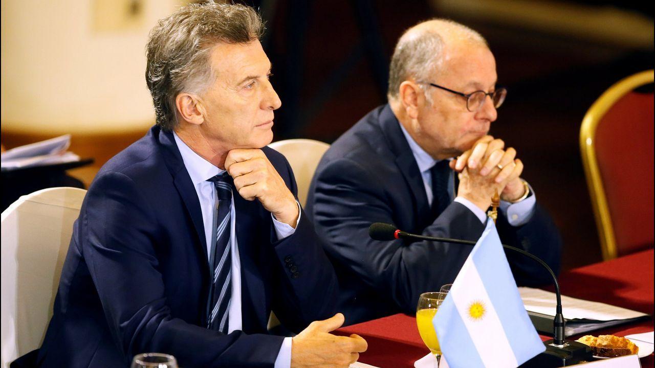 Mauricio Macri camina seguido de Jair Bolsonaro, durante su reunión en Brasilia