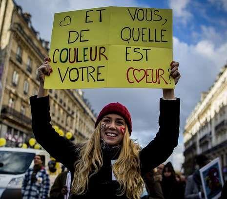 La discutida celebración de Anelka con una «quenelle».Uno de los lemas antirracistas que pudo leerse en París: «¿De qué color es tu corazón?».