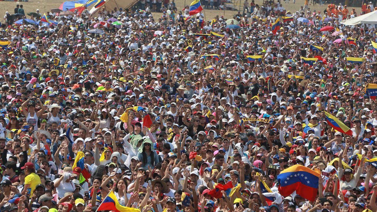 Asistentes disfrutan del concierto en el puente fronterizo de Tienditas, en Cúcuta (Colombia)