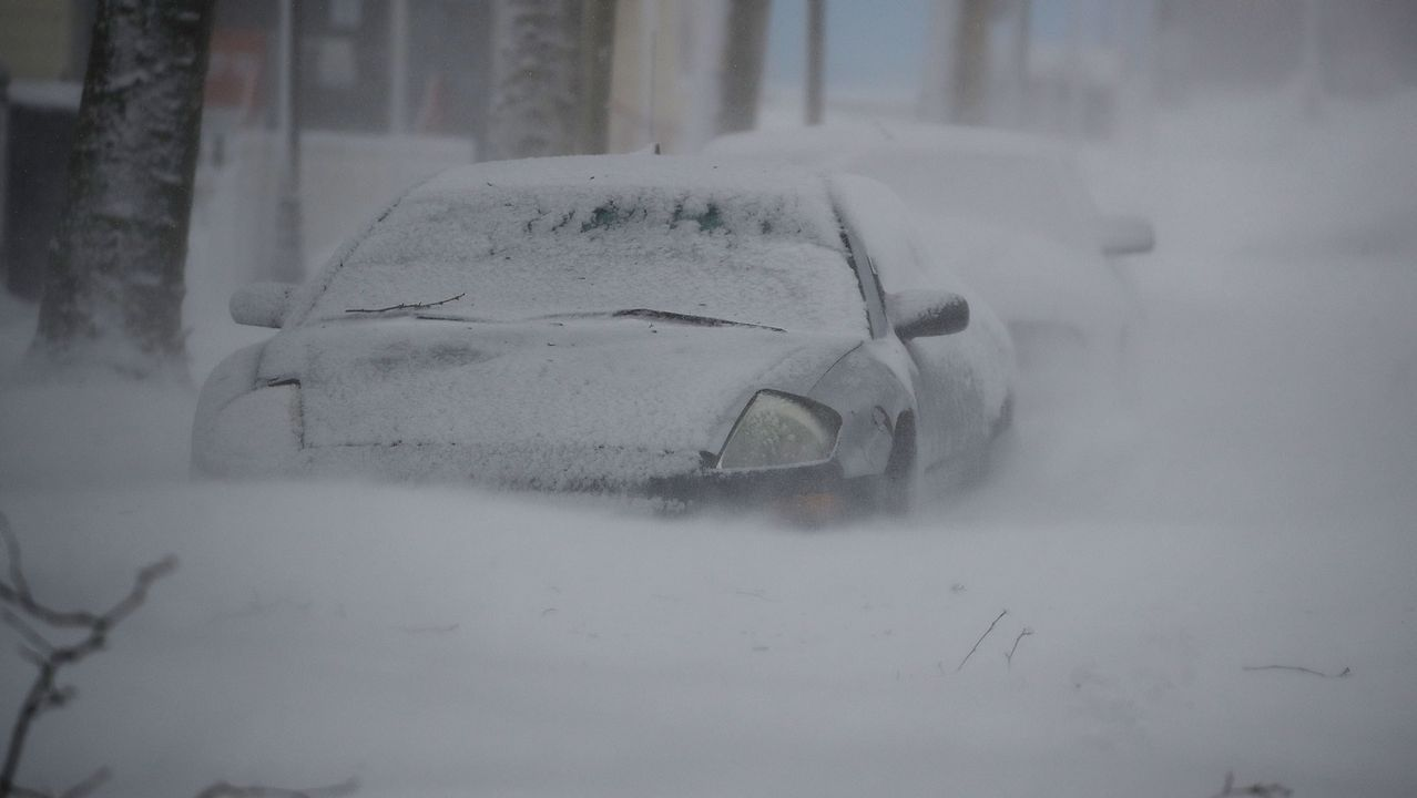 Coches enterrados bajo la nieve en Ocean City, Maryland