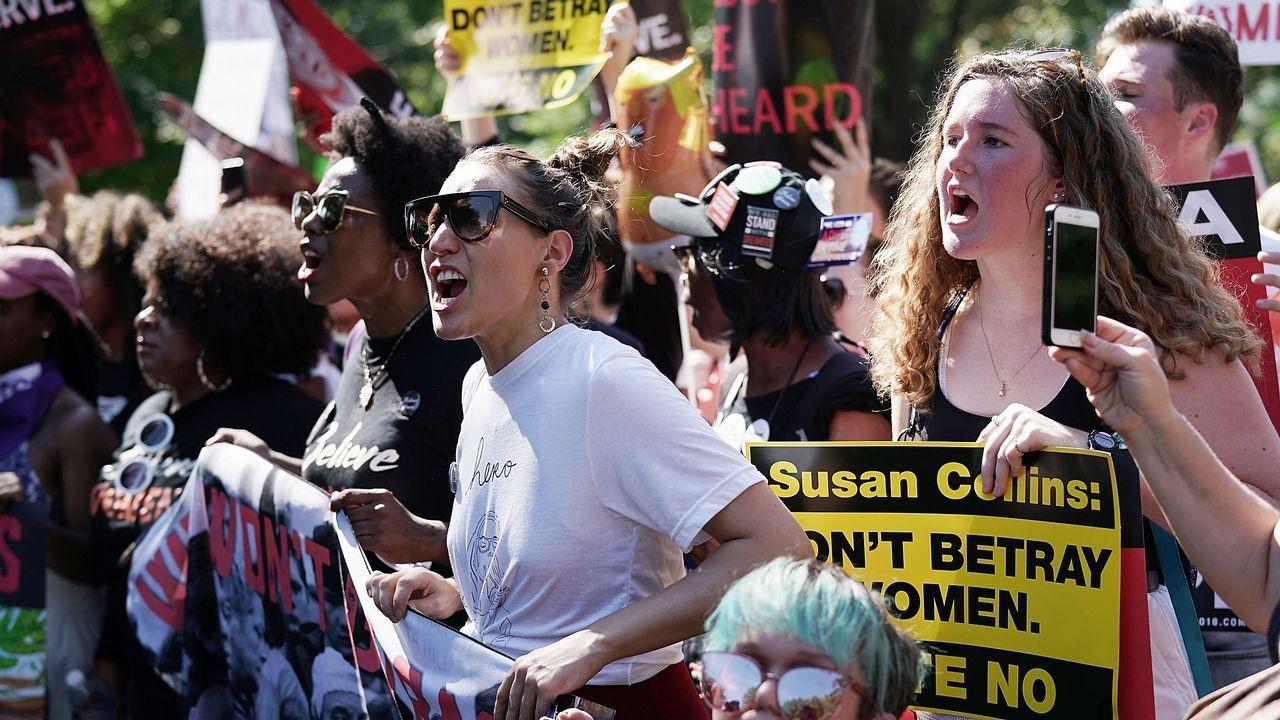 Cartel.Cientos de personas se concentraron ante el Supremo para protestar contra Kavanaugh