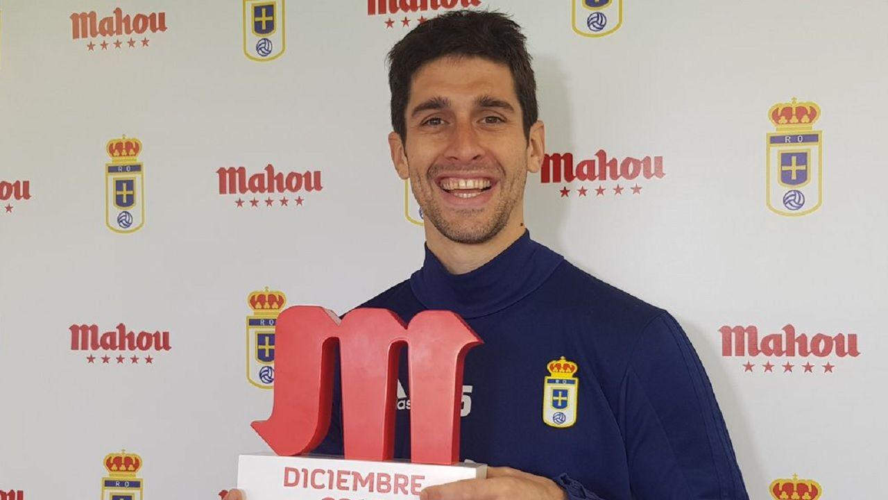 Forlin Real Oviedo Requexon.Juan Forlin recibe el premio como mejor jugador de diciembre