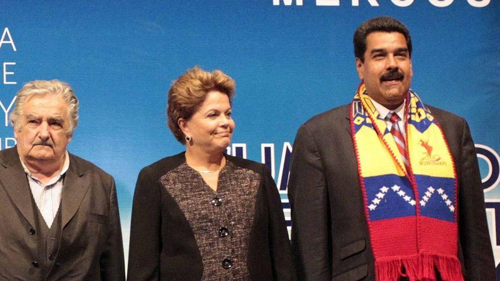 Rousseff, entre Maduro y Mujica en un acto en Montevideo en el año 2013.