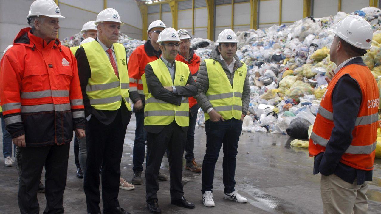El consejero de Infraestructuras del Principado de Asturias, Benigno Fernández Fano (2i), acompañado por el gerente de Cogersa, Santiago Fernández (i), durante la visita que realizó hoy a la nueva planta de separación de envases ligeros que permitirá optimizar el reciclado de hasta 25.000 toneladas de los productos que se depositan en los contenedores amarillos. El Consorcio de Gestión de Residuos de Asturias (Cogersa) ha puesto en funcionamiento una nueva planta de separación de envases ligeros, que permitirá optimizar el reciclaje de hasta 25.000 toneladas al año de los productos que se arrojan a los contenedores amarillos.