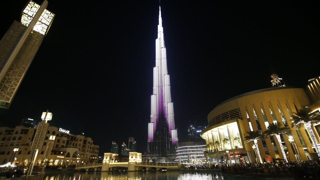 El edificio más alto del mundo, el Burj Khalifa de Dubai, con las luces encendidas