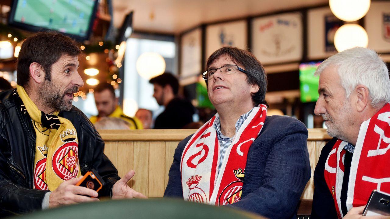 Puigdemont observa el partido Girona-Getafe en un bar de Bruselas