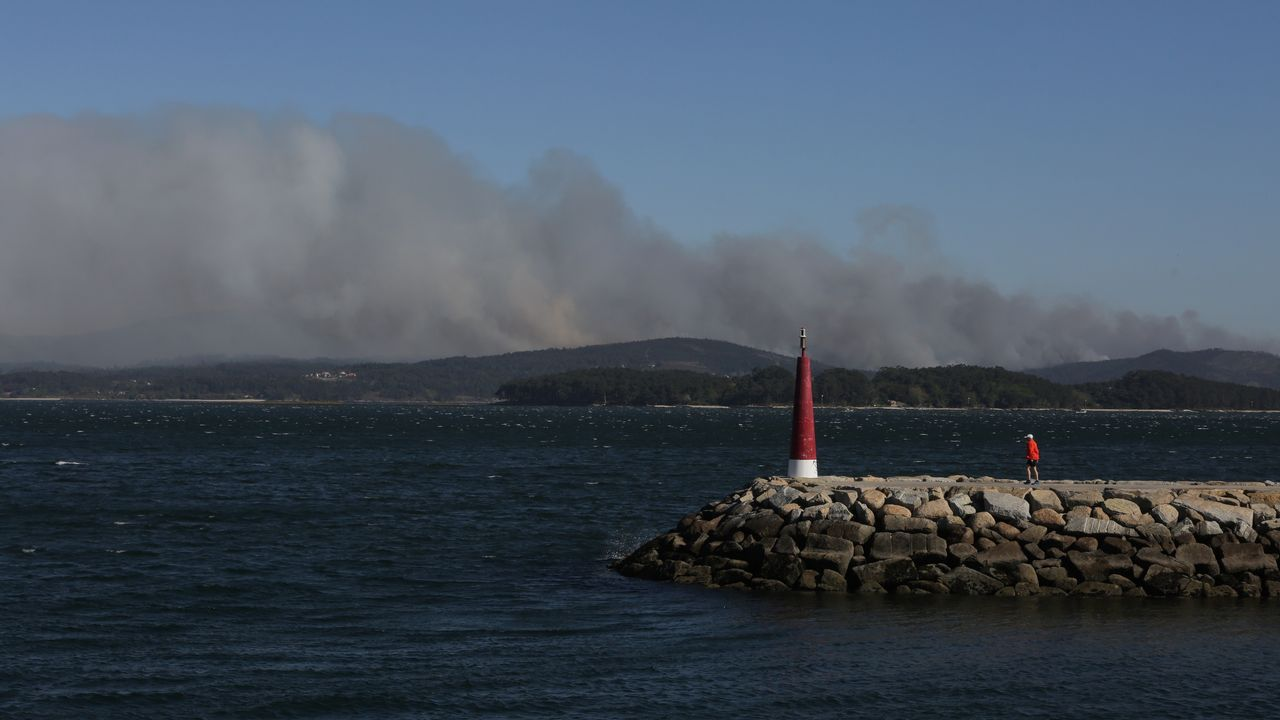 Así se ve el incendio de Rianxo desde Vilaxoán, Vilagarcía