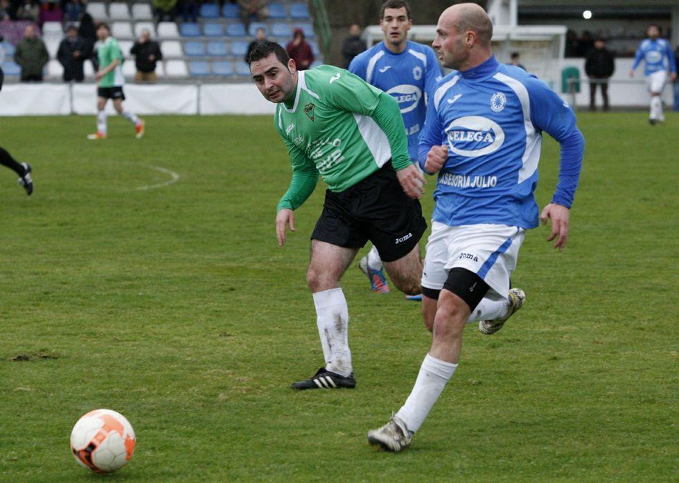 Jorge Marzán, a la derecha, conduce el balón en el campo de O Saviñao en la liga.