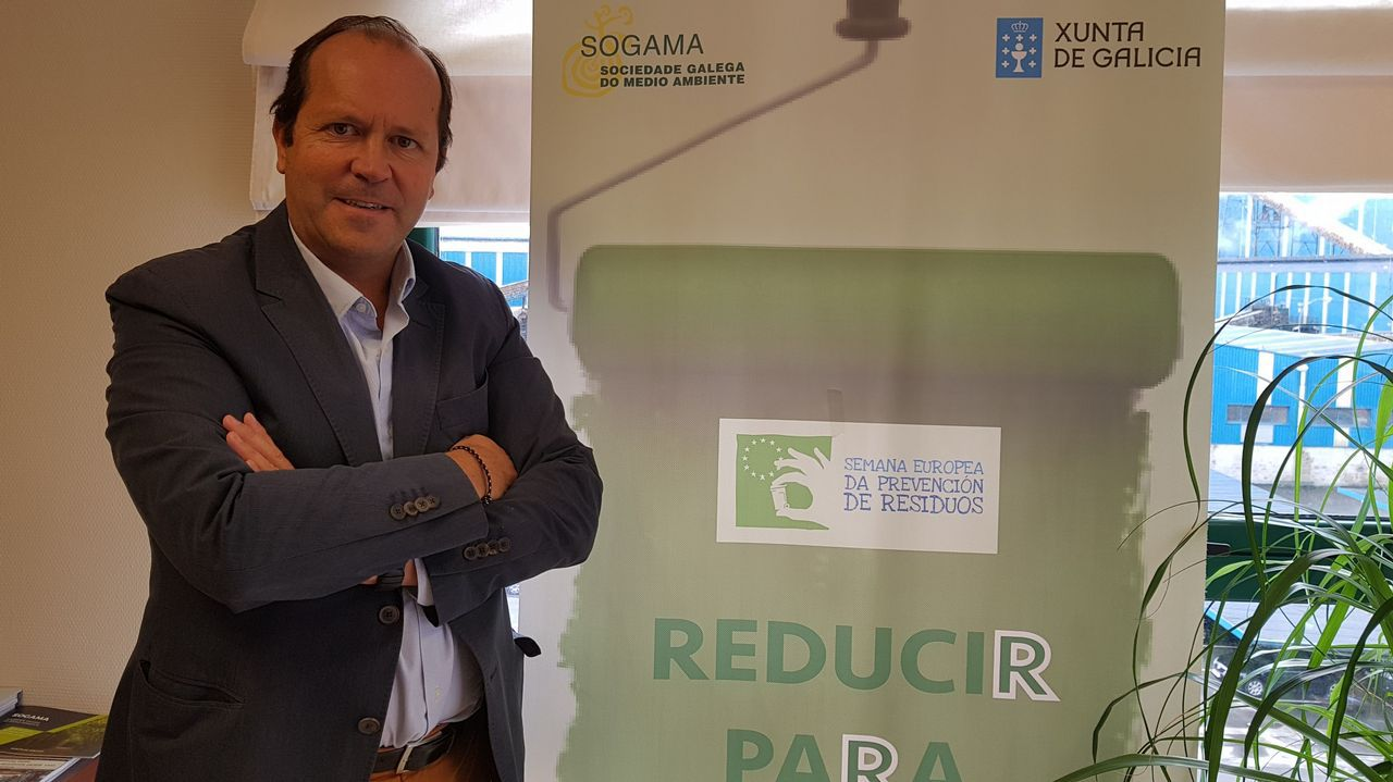 El presidente de Sogama, junto al cartel del programa «Reducir para sumar»