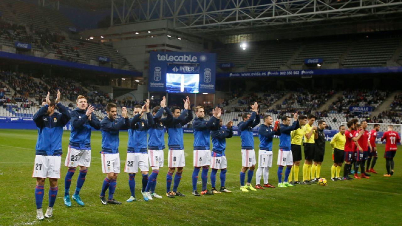 Carlos Tartiere Real Oviedo Osasuna Horizontal.Los futbolistas del Real Oviedo saludan antes del partido ante Osasuna