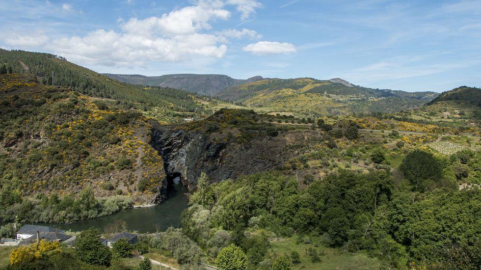 Un paseo visual por las antiguas minas de Os Medos.Captura de un vídeo de presentación de las rutas «Búskalo en Ribeira Sacra», con una imagen de la iglesia románica de Santo Estevo de Ribas de Miño, en O Saviñao