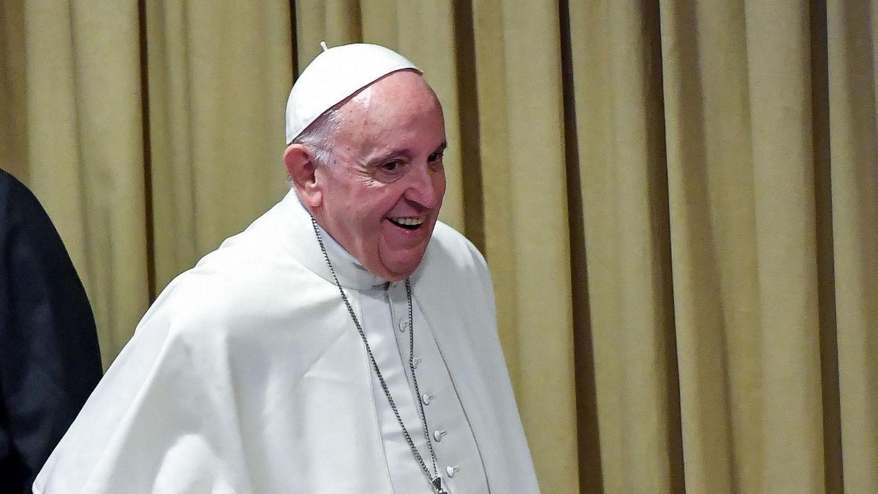 Los obispos reconocen los abusos sexuales cometidos en el seno de la Iglesia.El primer ministro australiano abraza a una victima de abusos sexuales