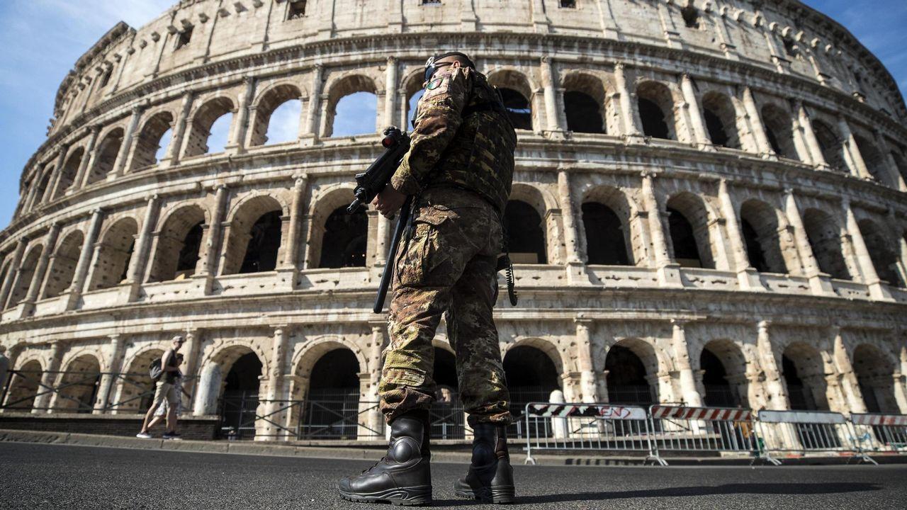 .Un soldado italiano hace guardia frente al Coliseo en Italia