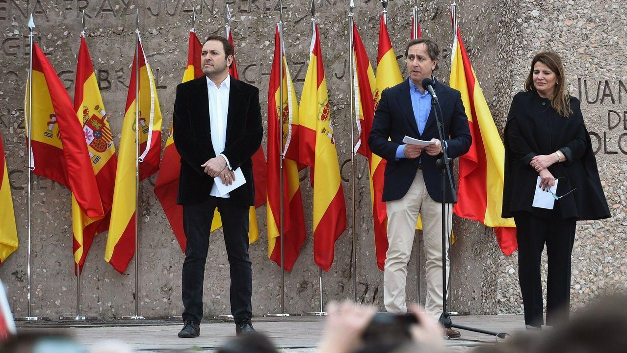 Los periodistas Albert Castillón, Carlos Cuesta y María Claver leyeron el manifiesto durante la concentración convocada por PP, Ciudadanos y VOX