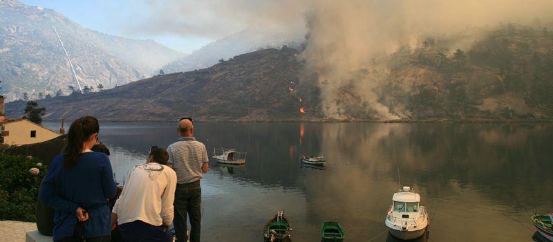 El fuego en la desembocadura del Xallas.Quim Navarro (izquierda) pudo curarse sus ampollas en el hotel balneario Compostela, en Brión.