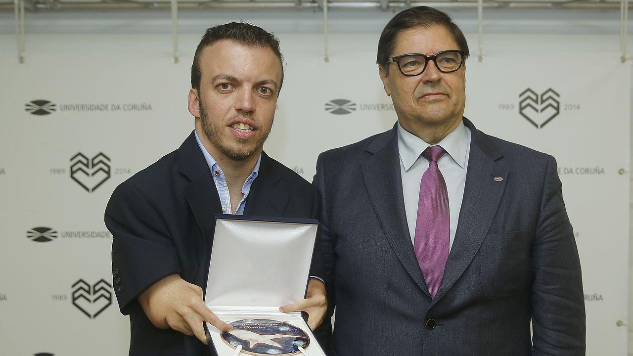 El rey Felipe hace entrega del Premio que lleva su nombre al mejor deportista del 2016 a Saúl Craviotto (i), ganador de cuatro medallas olímpicas