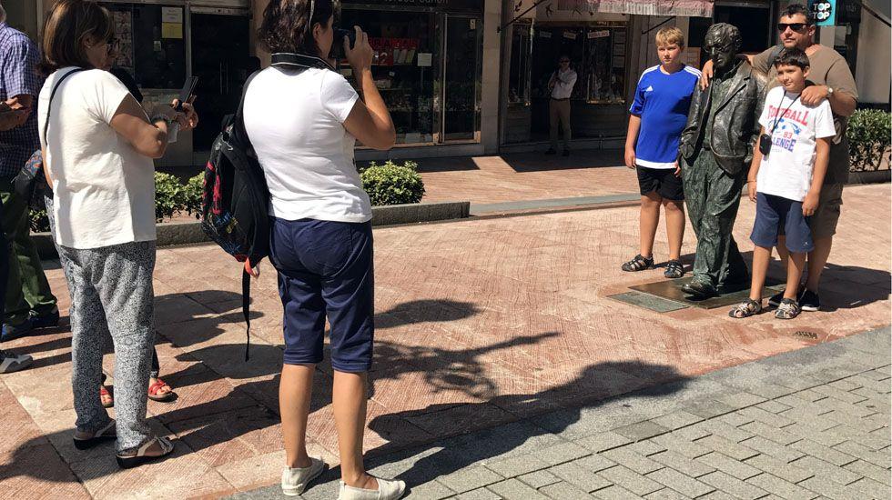 Varios grupos de turistas se sacan fotos con la estatua de Woody Allen, en Oviedo.Varios grupos de turistas se sacan fotos con la estatua de Woody Allen, en Oviedo